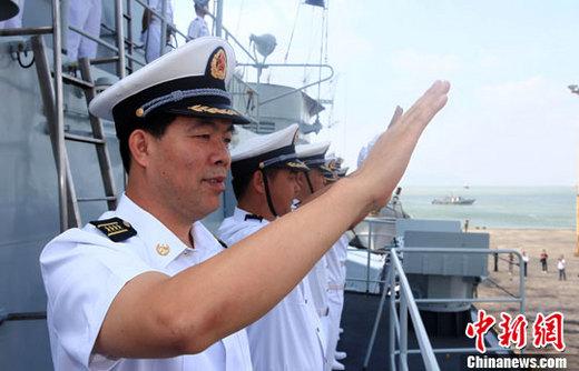 中方 深圳/中越人员在中方军舰上合唱友谊天长地久等歌曲