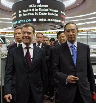 4月17日,港交所主席夏佳理(右)等人陪同俄罗斯总统梅德韦杰夫(左)参观港交所