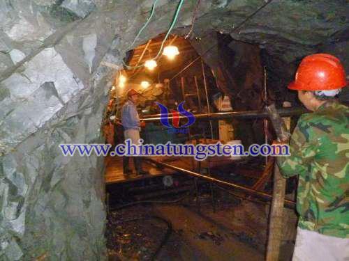 地质队员进入坑道开展全面详查工作