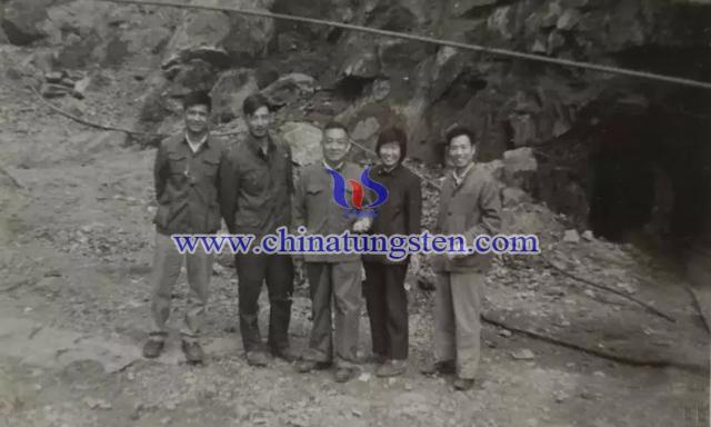 1980年,盛中烈感谢恩师邀请徐克勤院士考察三道庄钼矿
