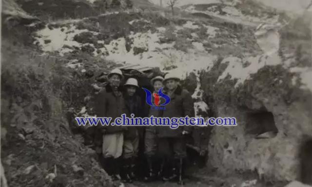 1959年,盛中烈(左一)陪同苏联专家考察上房沟钼矿坑道